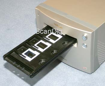 The slide mount holder FH-835M for 35mm slides being inserted into the scanner